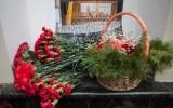 Москвичи несут цветы к зданию концертного зала